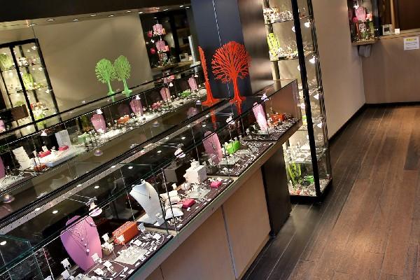 Intérieur de votre bijouterie de Mons, nous vendons des bijoux en argent, des bijoux fantaisies et aussi des bijoux en Or! Nous rachetons et expertisons également votre Or pour le rachat.